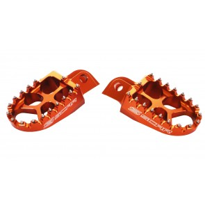 Scar Evo.Footpegs- KTM 50/65SX 98-.. 85/105SX 98-17 EXC/EXC-F/XC/XC-F/XCF-W 98-16 125/150SX 98-15 Husqvarna TC 50/65 17-.. TC 85 14-17 TC250 TE/FE 14-15  - Orange